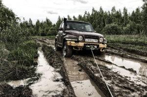 вытягивание внедорожника из грязи