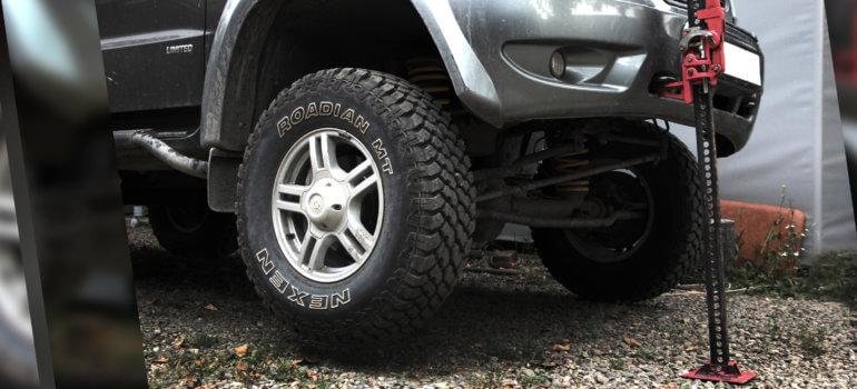 Как заменить пробитое колесо в условиях бездорожья